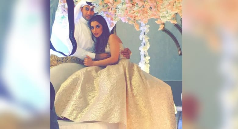 """بالفيديو.. قبلة بلقيس لخطيبها في """"دبي مول"""" تشعل مواقع التواصل"""