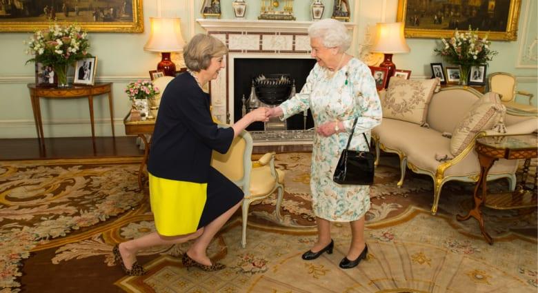 ملكة بريطانيا تكلف تيريزا ماي بتشكيل الحكومة الجديدة.. وكاميرون يوصي بعلاقات جيدة مع الاتحاد الأوروبي
