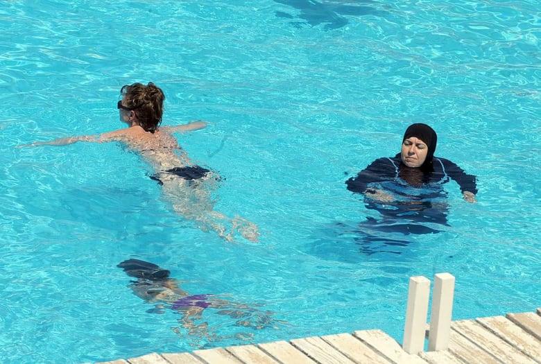 بعد ضجة أثارها.. بلدية فرنسية تُلغي يومًا مخصصًا لسباحة النساء المحجبات