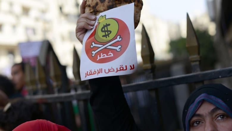 """سلمى حسين تكتب عن أزمة العملة في مصر: الجنيه في """"بلاد الجنون"""""""