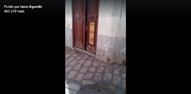 ضجة في تونس.. فيديو يُظهر طفلًا يتوّسل المارة وراء باب مقفل والسلطات تتدخل