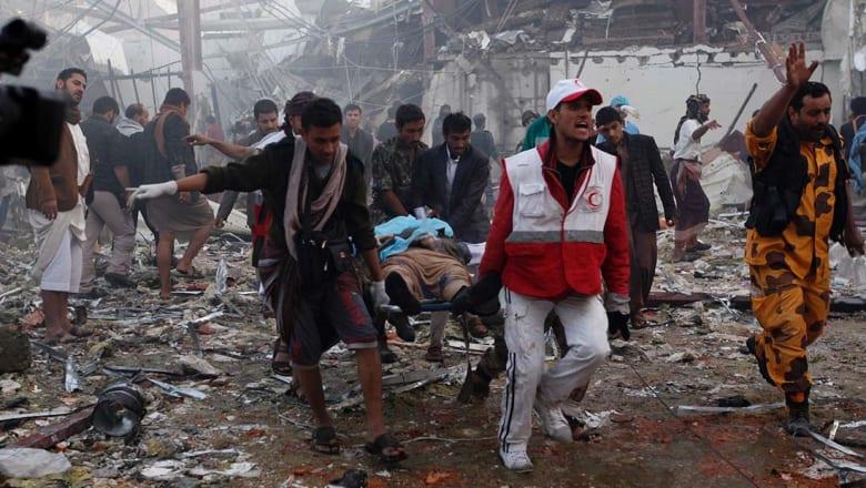 عشرات القتلى ومئات الجرحى في قصف على دار عزاء في صنعاء.. والتحالف العربي ينفي قصفها