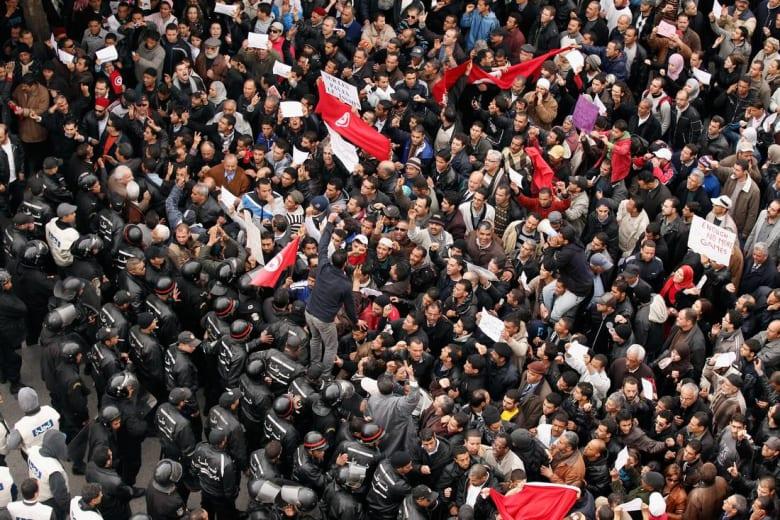 محاولة انتحار جماعية في تونس بسبب البطالة.. 30 شابا يشربون السم