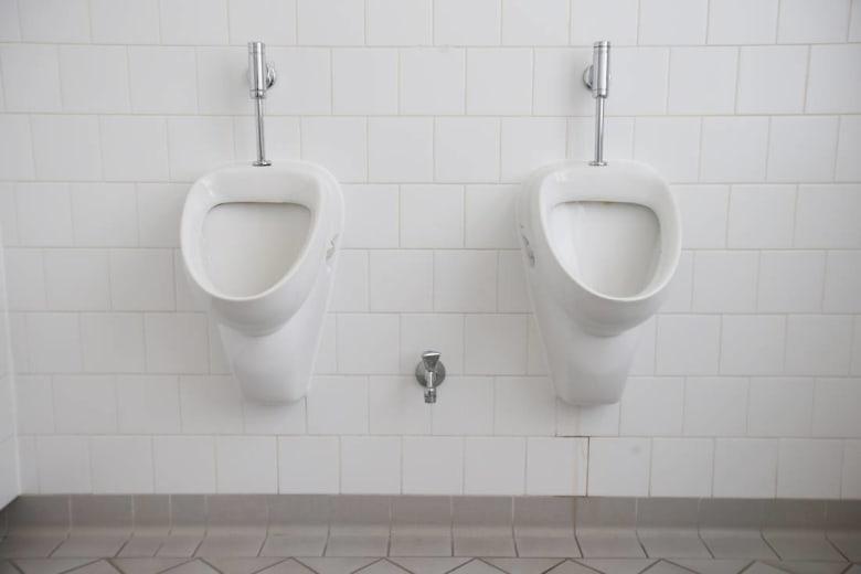 مراحيض عمومية مؤقتة بمراكش خلال قمة المناخ.. ومستخدمون يسخرون من الإعلان