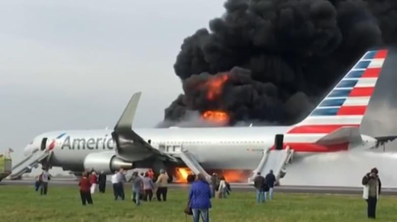 حريق في طائرة ركاب خلال إقلاعها من مطار شيكاغو