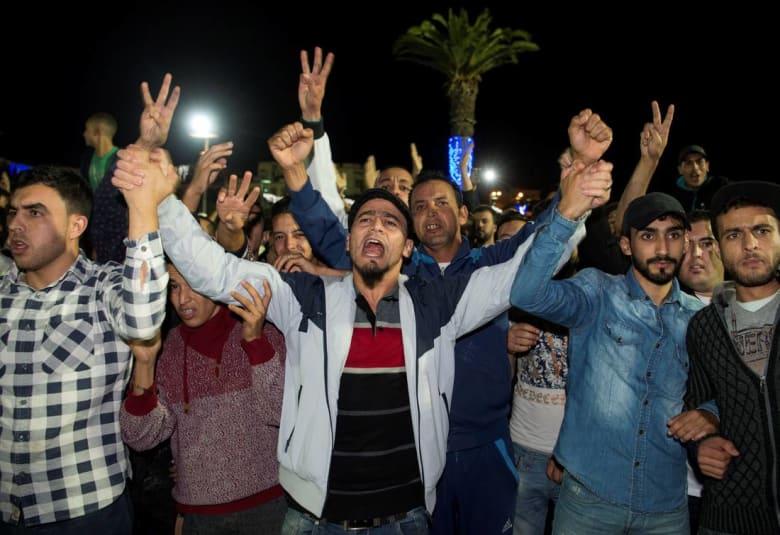 آلاف المغاربة يحتجون في عدة مدن على مصرع تاجر سمك بشاحنة أزبال