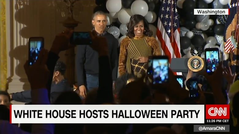 """شاهد.. أوباما وزوجته يرقصان على أنغام """"Thriller"""" في الهالوين"""