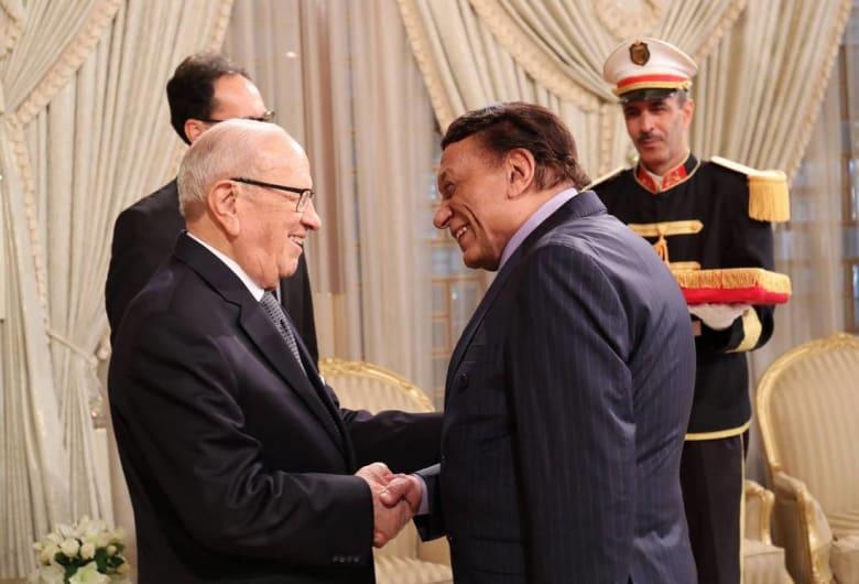 الرئيس التونسي يوّشح عادل إمام بالوسام الوطني للاستحقاق