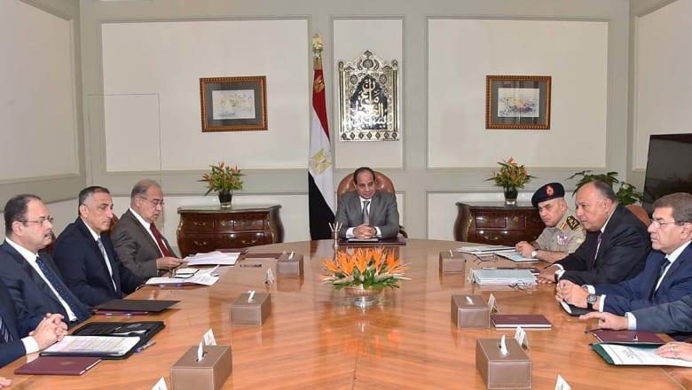السيسي يطالب كبار مسؤوليه بتعزيز الأمن وتوفير السلع الغذائية
