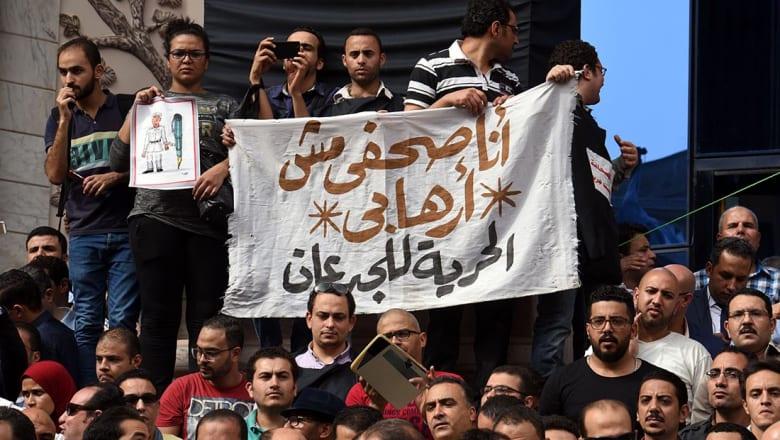 """مصر: حكم بالسجن عامين لنقيب الصحفيين وعضوين بمجلس النقابة لإيوائهم """"بدر والسقا"""""""