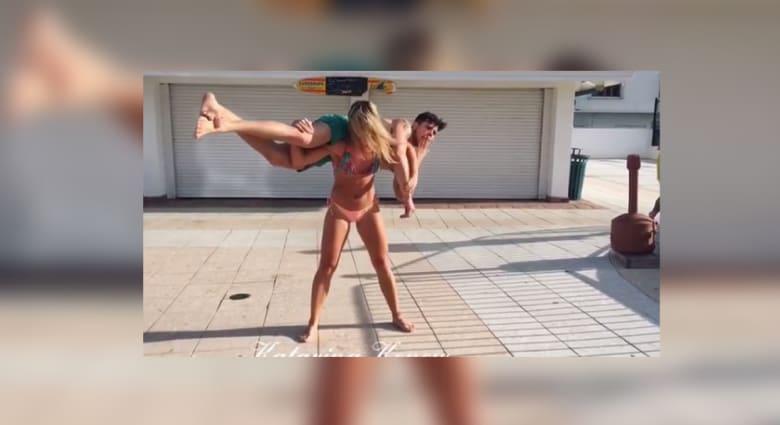 الحسناء السويدية كاترينا كونو تغزو مواقع التواصل بفيديو رفع صديقها على كتفيها