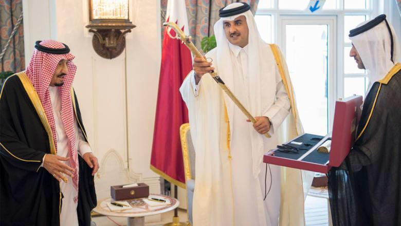 """الملك سلمان يؤدي """"العرضة"""" في قطر.. ويستلم سيف المؤسس"""