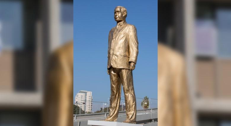 """تمثال مُذهّب """"استفزازي"""" لنتنياهو يظهر بين عشية وضحاها.. ثم يُطرح أرضاً"""