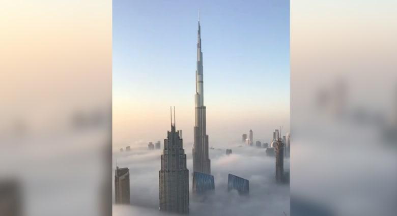 بالفيديو.. لقطات رائعة لولي عهد دبي من فوق الضباب