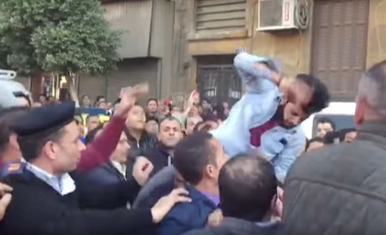 """بالفيديو.. """"مهاجمة"""" أحمد موسى ولميس الحديدي وريهام سعيد خارج الكاتدرائية بالقاهرة"""