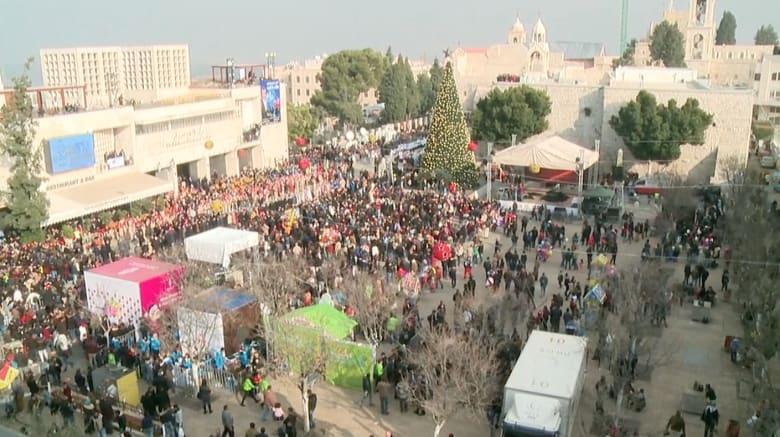 الآلاف يحتشدون في ساحة المهد عشية عيد الميلاد