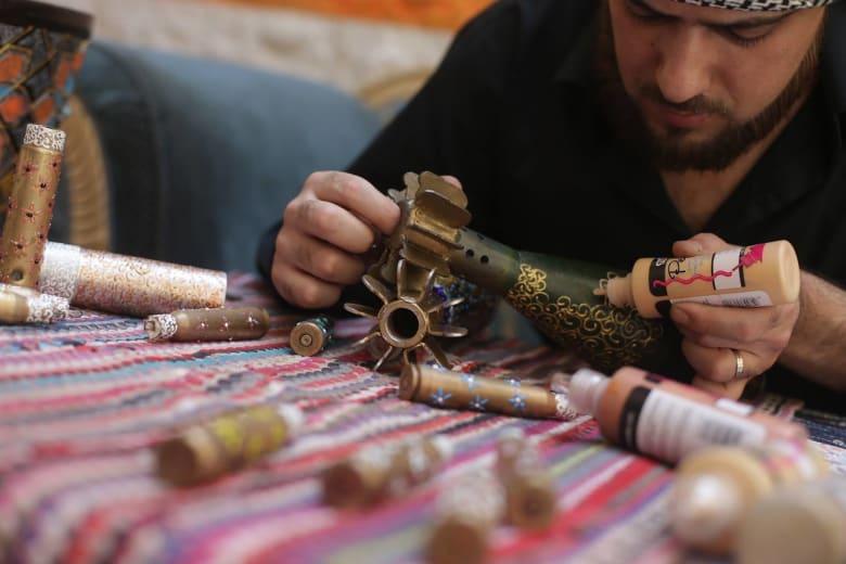ما الذي فعله هذا الفنان السوري المحاصر بالرصاص والقذائف؟