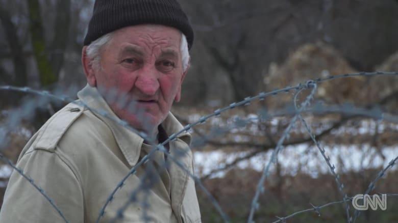 هذا العجوز عاد لمنزله ليجده في بلد آخر