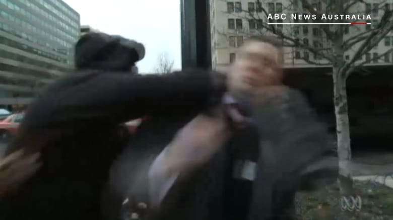 شاهد.. زعيم جماعة متعصبة للعرق الأبيض يتعرض للكم أثناء مقابلة