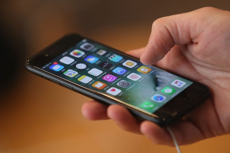 لماذا يعد توجيه هاتفك نحو وثائق هامة فكرة سيئة؟ خاصة عندما تكون رئيس أمريكا