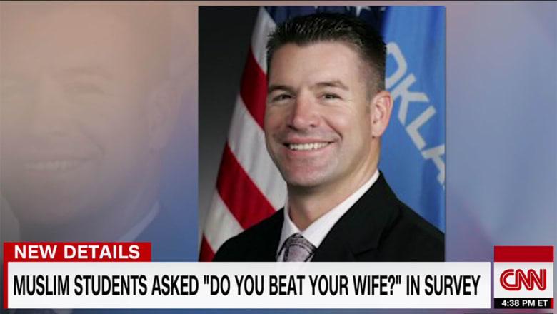 نائب أمريكي يسأل 3 مسلمين طلبوا زيارته: هل تضربون زوجاتكم؟