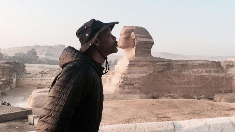 """ويل سميث """"يقبّل"""" أبو الهول.. وهذا ما قاله عن مصر!"""