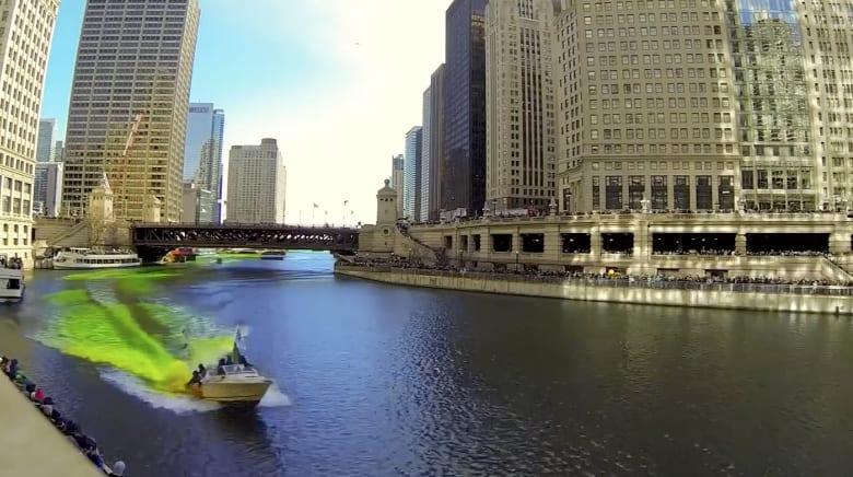 بالفاصل الزمني.. نهر بشيكاغو يتحول الى اللون الأخضر