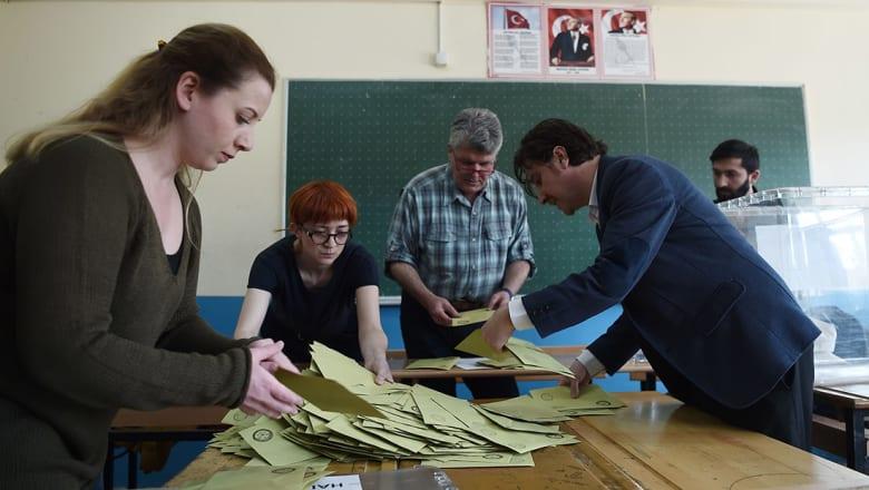 """تركيا: نتائج أولية للاستفتاء تظهر تقدم """"نعم"""" بـ52% مع فرز 95% من الأصوات"""