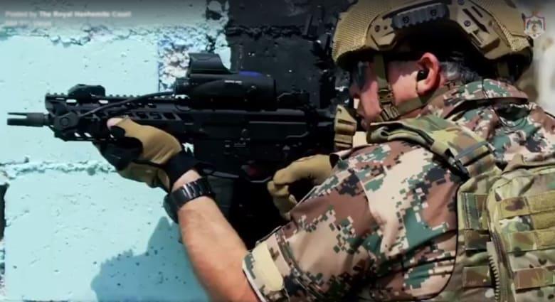 شاهد.. ملك الأردن يشارك في تدريبات عسكرية بالذخيرة الحية