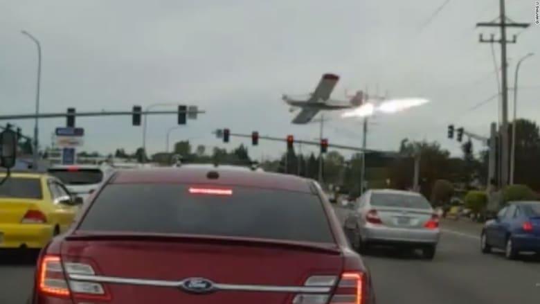 طائرة تصطدم بأسلاك كهربائية وتتحطم خلال الهبوط