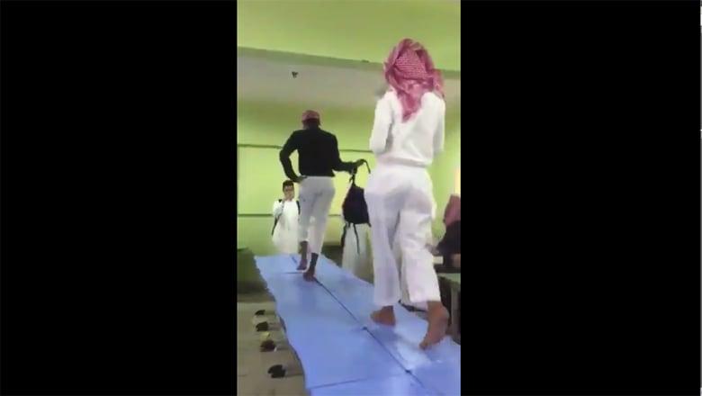 بروز فيديو ساخر لطلاب بالسعودية يؤدون عرض أزياء داخل فصل
