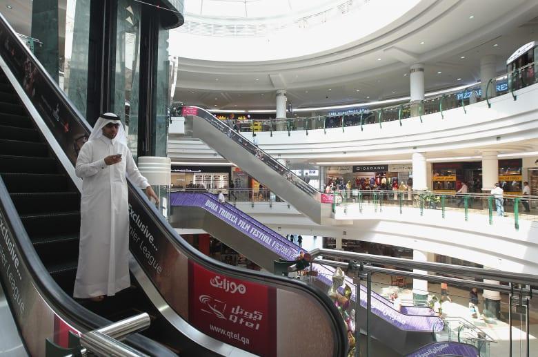 بعد قطع العلاقات.. سكان قطر يسارعون بتخزين الأطعمة