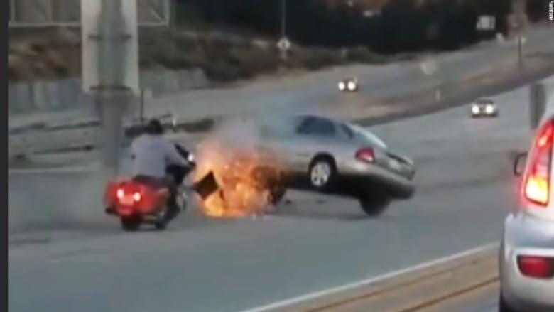 شاهد.. مشادة كلامية على طريق سريع تنتهي بحادث مرعب