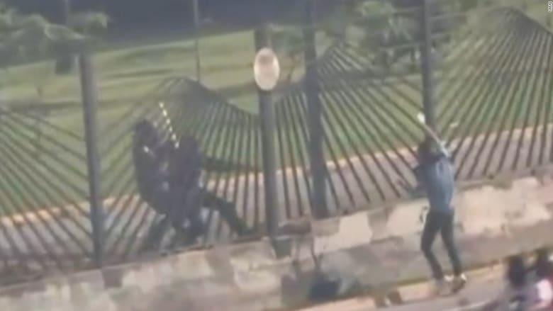 شاهد.. شرطي فنزويلي يقتل متظاهرا من مسافة قصيرة