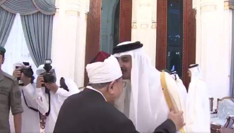 ظهور فيديو لأمير قطر يقبل رأس القرضاوي خلال عيد الفطر