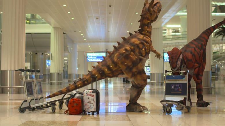 """شاهد.. ديناصورات """"تطارد"""" القادمين في مطار دبي الدولي"""