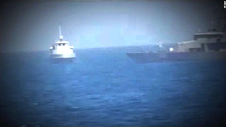 شاهد.. لحظة مواجهة بين البحرية الأمريكية وزورق إيراني