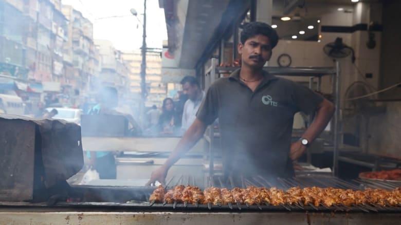 جولة في أحد أشهر شوارع كراتشي الخاص بالأطعمة