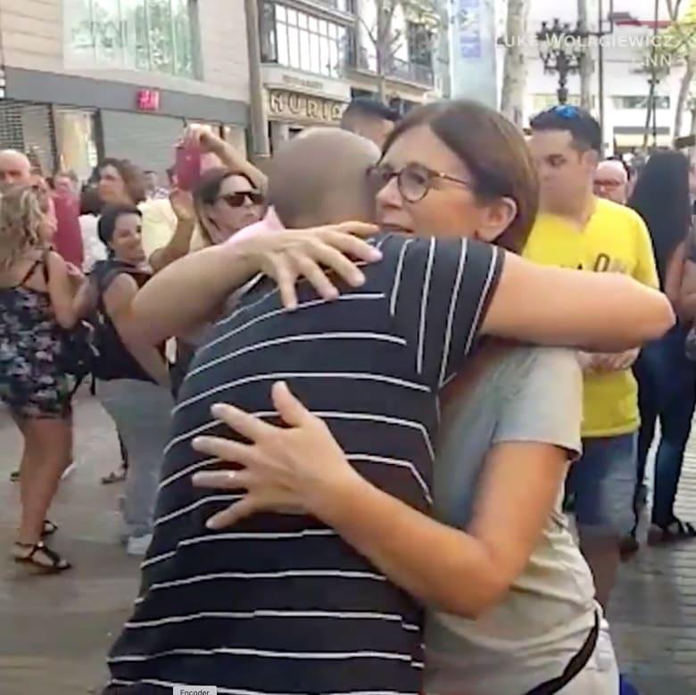 """مسلم يعرض """"عناق الحب والسلام"""" في برشلونة"""