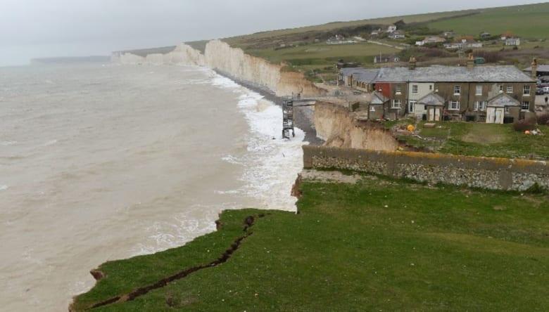 """""""ضباب كيماوي"""" غامض يغطي ساحل بريطانيا.. ويُدخل 150 شخصاً المستشفى"""