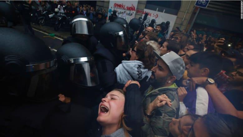 تبادل الاتهامات بين حكومتي كتالونيا وإسبانيا بإشعال العنف.. وإصابة نحو 800 شخص