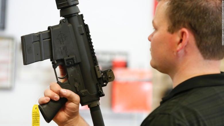 قوانين حيازة الأسلحة النارية بأمريكا.. حرية قاتلة