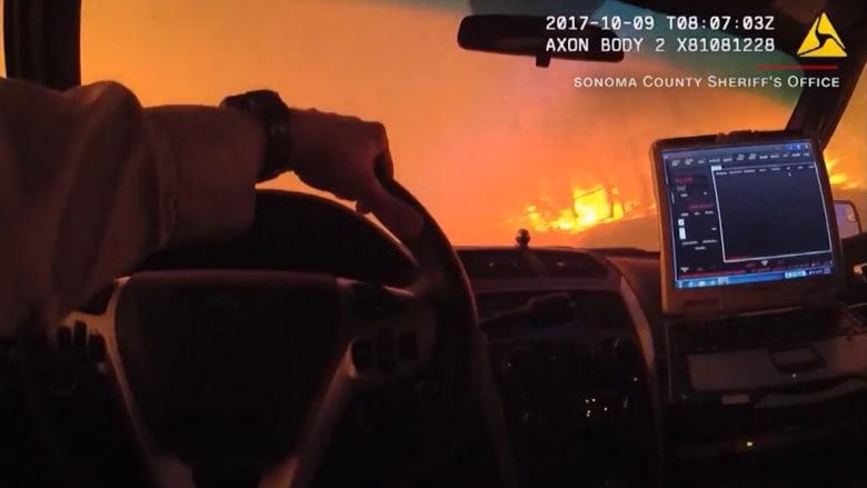 فيديو درامي من كاميرا على بزة شرطي لعملية إنقاذ وسط حرائق ضخمة