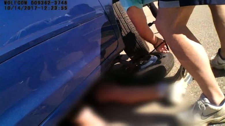 شاهد كيف تصرف شرطي لإنقاذ صبي عالق تحت سيارة