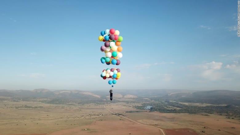 شاهد.. رجل يحلق على ارتفاع شاهق باستخدام بالونات حفلات