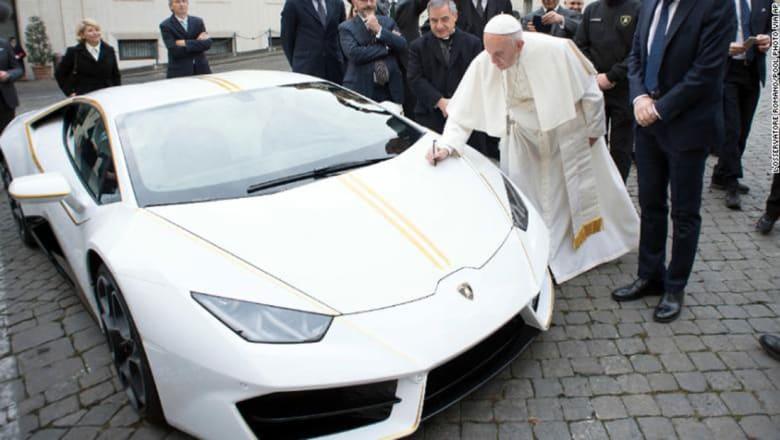 """سيارة """"لامبورغيني"""" هدية للبابا..ماذا سيفعل بها؟"""