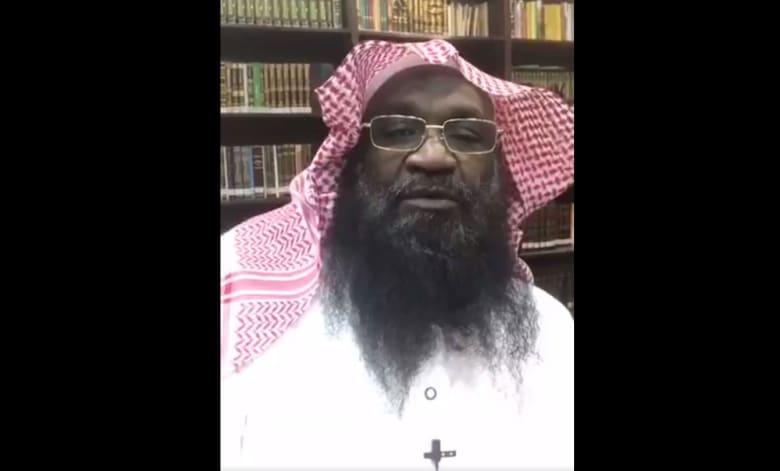 الكلباني يرد على مغرّد سعودي انتقد حديثه بأنه أول إمام أسمر للحرم