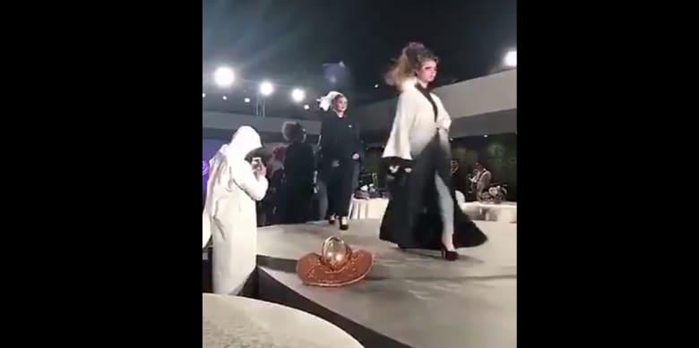 بعد ساعات على ضجة عرض للأزياء في الرياض.. أمر ملكي بإعفاء مستشار بوزارة التجارة والاستثمار من منصبه