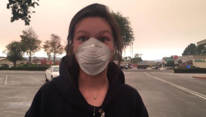 شاهد.. عائلات تبحث عن أقنعة واقية من الدخان بسبب حرائق كاليفورنيا