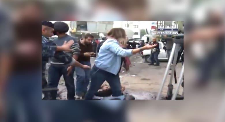شاهد.. مراسلة قناة لبنانية تدافع عن أحد المتظاهرين قرب السفارة الأمريكية في بيروت